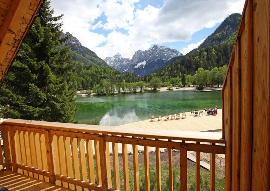 Pogled iz apartmaja na jezero jasna